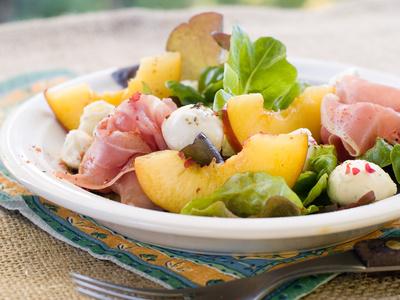 insalata pesche prosciutto mozzarella ricetta