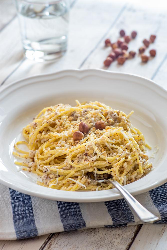 Pasta al pesto di nocciole e Parmigiano per l'autunno