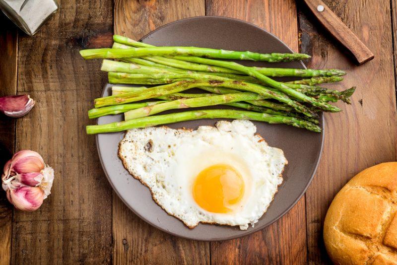 asparagi uova